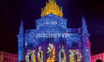 Duomo di Como con proiezione di immagini pittoriche sacre e cielo stellato