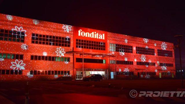 Proiezioni decorative su edifici industriali