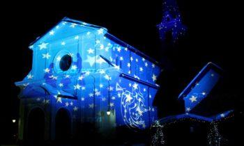 Proiezioni decorative natalizie su edifici religiosi