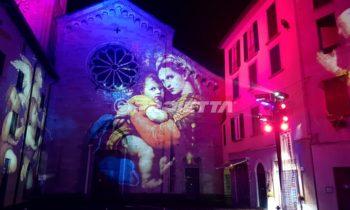 Proiezione di immagini sacre sulla facciata della chiesa di Como