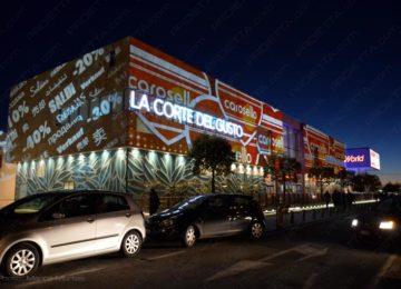 Proiezioni su grandi centri commerciali per pubblicizzare i saldi